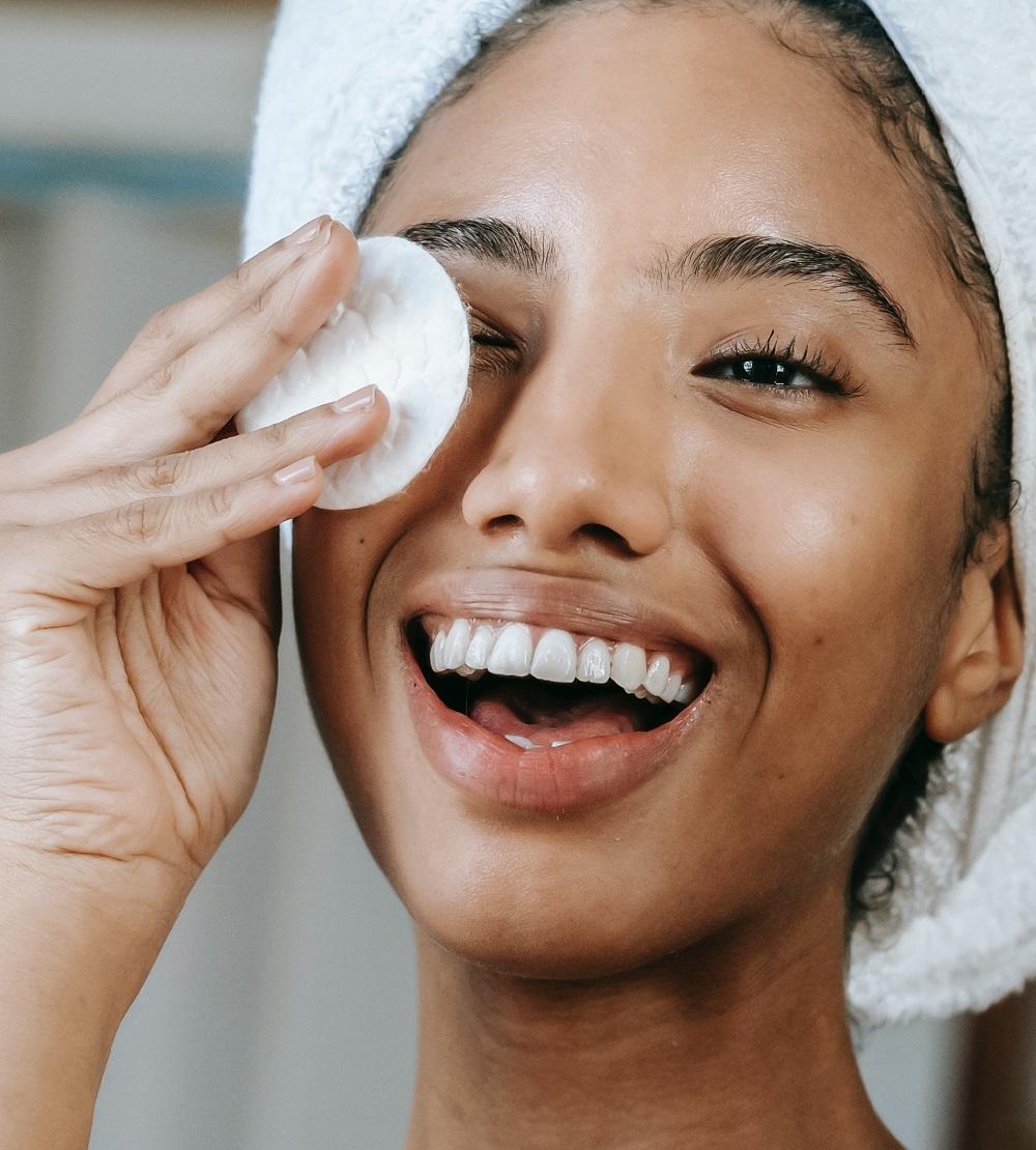 Comment se démaquiller le visage avec le miel des Hauts-plateaux